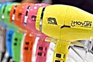 secadores alyon de varios colores en una exposición