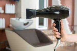 usando un secador en una peluquería
