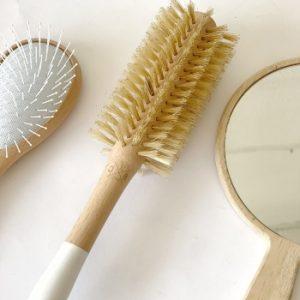 cepillo redondo blanco y amarillo