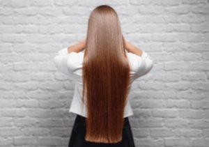 mujer joven con el pelo alisado