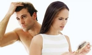 mujer y hombre aplicándose tratamiento anticaída
